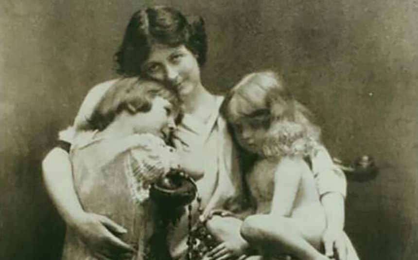 Isadora with children.